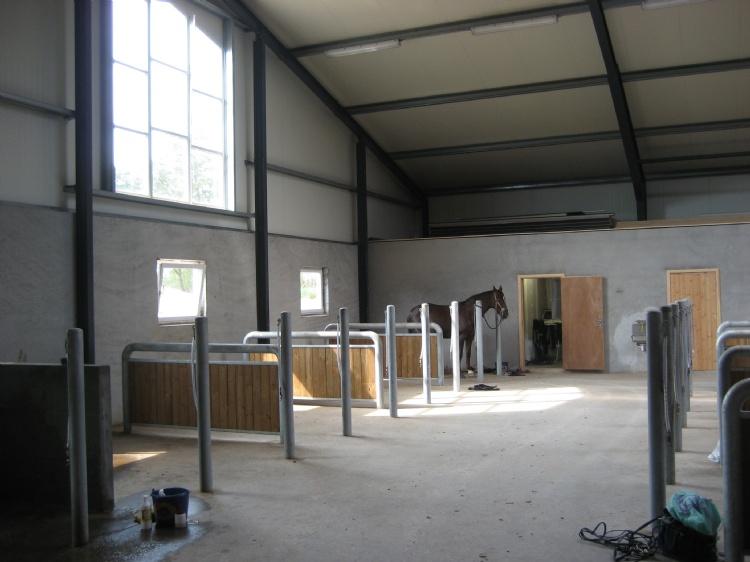 Ridecenter med ridehal og opstaldning. Opført i 2010